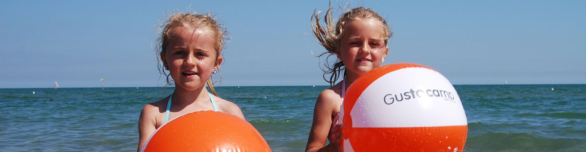 Italie - Adriatische kust - meivakantie - meiden met strandbal bij Camping Marina di Venezia